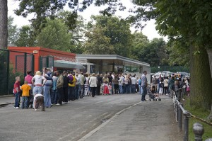 Queueing for the zoo, photo by infomatique
